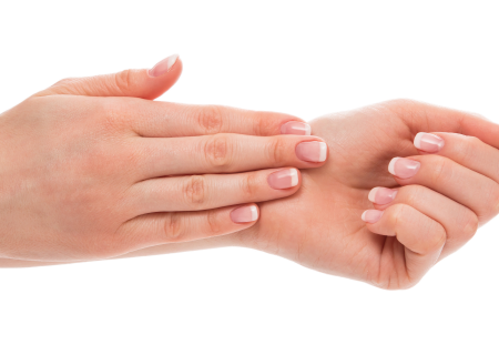 mujer con las manos limpias